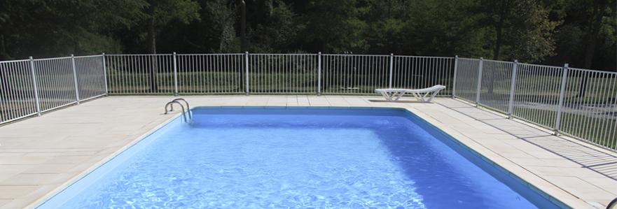 piscine avec une clôture