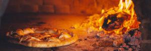 Préparer des pizzas au feu de bois